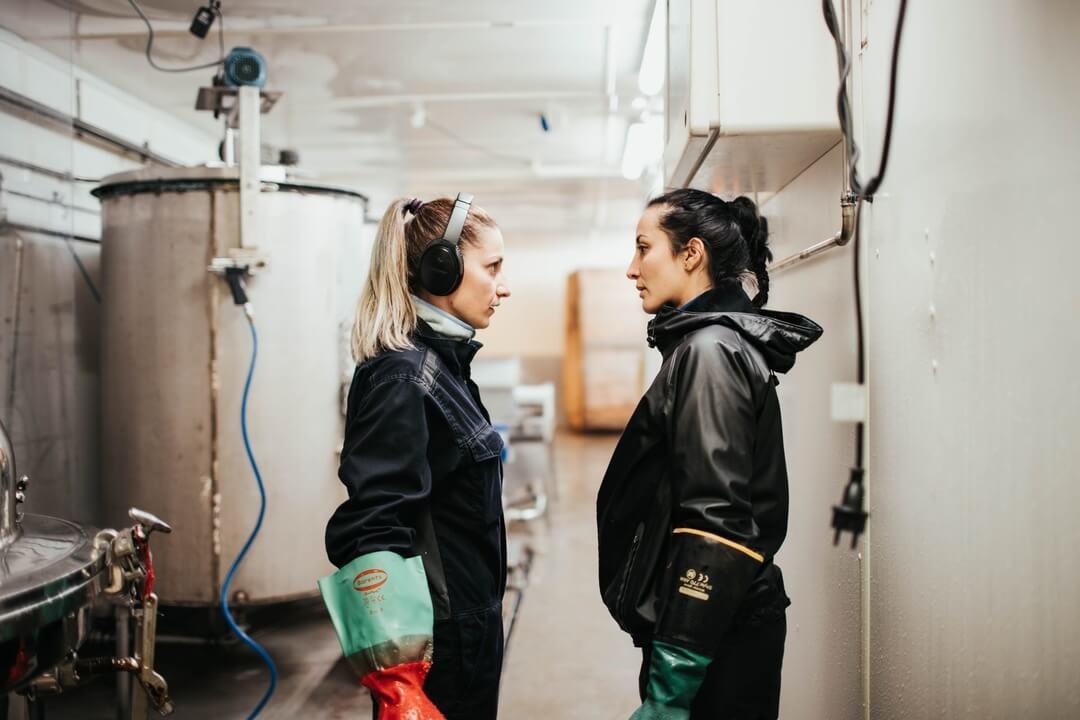 To kvinner som har en samtale i maskinstøy